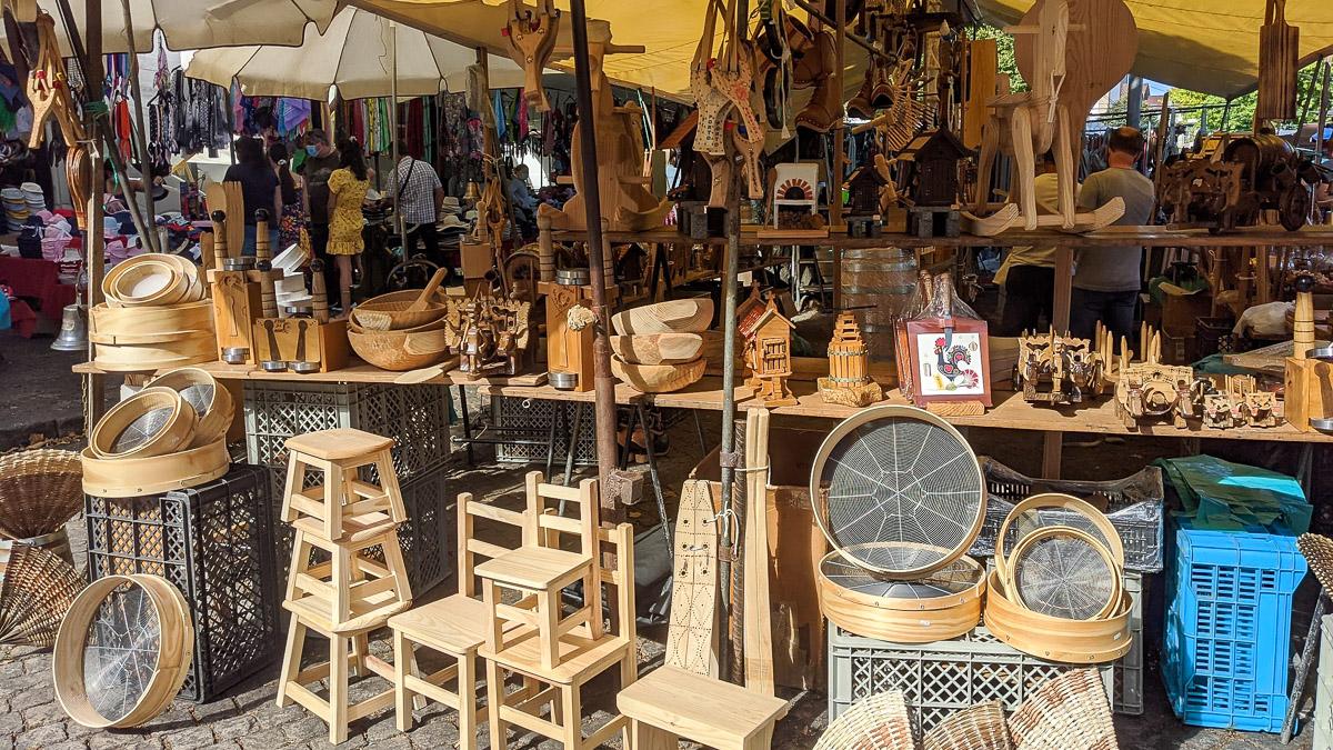 Holzschnitzerei und Handwerkskunst auf dem Markt von Barcelos