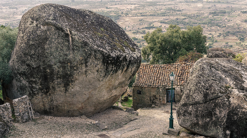 Häuser unter Felsen -Portugal Monsanto