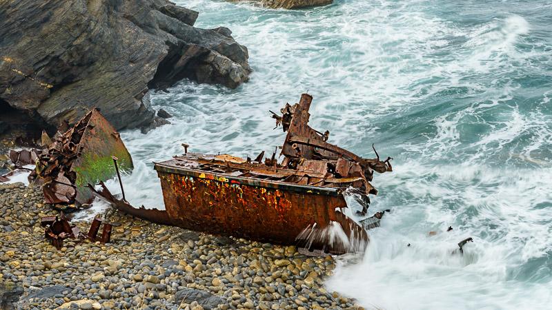 Wrack an der Küste von Portugal